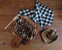 Toost met gesneden bananen, noten, chocolade en karamel wordt bedekt die sy Stock Foto