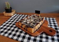 Toost met gesneden bananen, noten, chocolade wordt bedekt die Royalty-vrije Stock Fotografie