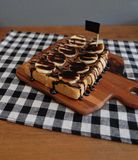 Toost met gesneden bananen, noten, chocolade wordt bedekt die Royalty-vrije Stock Foto