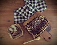 Toost met gesneden bananen, noten, chocolade wordt bedekt die Royalty-vrije Stock Afbeelding
