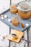 Toost met karamelsaus Stock Foto