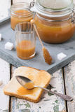 Toost met karamelsaus royalty-vrije stock foto's