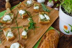 Toost met mozarella, olijfolie, kruiden en knoflook Stock Foto's