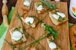 Toost met mozarella, olijfolie, kruiden en knoflook Royalty-vrije Stock Foto