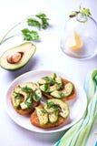 Toost met roggebrood, avocado en kruiden op witte plaat Royalty-vrije Stock Afbeelding