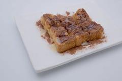 Toost met van de chololatepoeder en chocolade saus het toping stock foto