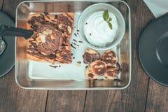 Toostbrood met chocoladeroomijs in plaat op houten lijst stock afbeelding