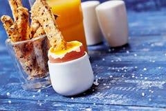 Toostmilitairen die in gekookt ei en sap worden ondergedompeld Royalty-vrije Stock Foto's