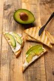 Toosts met avocado, op houten achtergrond, heerlijk ontbijt royalty-vrije stock foto
