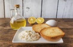 Toosts met eigengemaakte mayonaise en peterselie stock fotografie