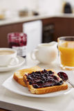 Toosts met jam voor ontbijt Stock Fotografie