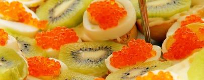 Toosts met kaviaar en kiwi Stock Afbeeldingen