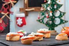 Toosts met roomkaas, kruiden en tomaten Snack voor Nieuwjaar stock foto's