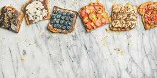 Toosts van de veganist de gehele korrel met fruit, zaden, noten, exemplaarruimte Stock Foto's