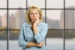 Toothache несчастной зрелой женщины страдая стоковая фотография rf