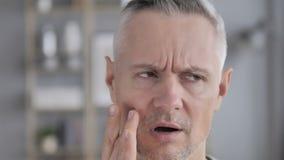 Toothache, сторона близкая вверх серого человека волос в боли зуба