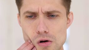 Toothache, человек в боли стоковые фото