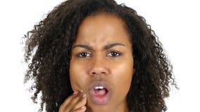 Toothache, чернокожая женщина в боли зуба, белой предпосылке Стоковое Фото