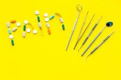 Toothache, stomatologiczny ból Strach stomatologiczny traktowanie Słowo ból wykładał z pigułkami blisko dentystów narzędzi Żółty  Zdjęcie Royalty Free
