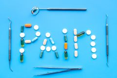 Toothache, stomatologiczny ból Strach stomatologiczny traktowanie Słowo ból wykładał z pigułkami blisko dentystów narzędzi błękit Zdjęcia Stock