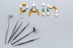 Toothache, stomatologiczny ból Strach stomatologiczny traktowanie Słowo ból wykładał z pigułkami blisko dentystów narzędzi Popiel Obrazy Stock
