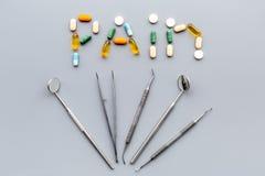 Toothache, stomatologiczny ból Strach stomatologiczny traktowanie Słowo ból wykładał z pigułkami blisko dentystów narzędzi Popiel Fotografia Royalty Free
