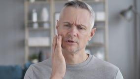 Toothache, Szary Włosiany mężczyzna z ząb infekcją zbiory wideo