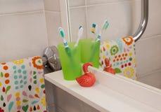 Toothbrashes dans la salle de bains photographie stock