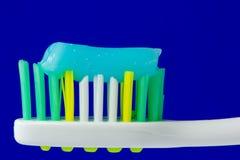 Toothbrush com dentífrico Fotografia de Stock