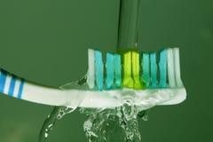 Toothbrush con la spruzzatura dell'acqua Fotografie Stock