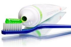 Toothbrush e dentífrico em uma câmara de ar fotos de stock