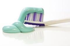 Toothbrush e dentifricio in pasta Fotografie Stock Libere da Diritti