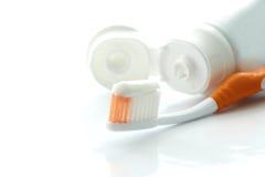 Toothbrush e dentifricio in pasta Immagini Stock Libere da Diritti