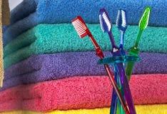 Toothbrush e toalhas de banho foto de stock