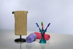 Toothbrush e tovaglioli di bagno fotografia stock libera da diritti