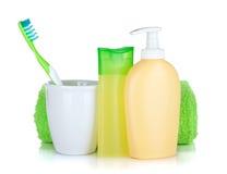 Toothbrush, frascos dos cosméticos e toalha Imagem de Stock Royalty Free