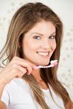 Toothbrush sorridente della holding della donna di bellezza Immagini Stock Libere da Diritti