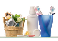 Toothbrushes, żyletki, płukanka, pasta do zębów i dezodorant odizolowywający na bielu, obraz stock