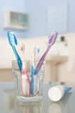 Toothbrushes e dentífrico Fotografia de Stock