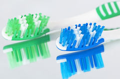 Toothbrushes refletidos no espelho Fotografia de Stock Royalty Free