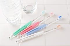 Toothbrushes sulle mattonelle bianche Immagini Stock Libere da Diritti