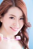Toothbrushs взятия женщины красоты Стоковое фото RF