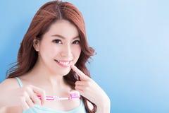 Toothbrushs взятия женщины красоты Стоковое Изображение RF