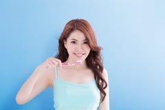 Toothbrushs взятия женщины красоты Стоковая Фотография