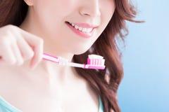 Toothbrushs взятия женщины красоты Стоковые Фото