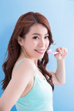 Toothbrushs взятия женщины красоты Стоковая Фотография RF