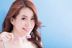 Toothbrushs de la toma de la mujer de la belleza Imágenes de archivo libres de regalías