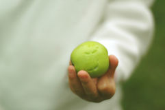 Toothmarks auf grünem Apfel Stockbilder