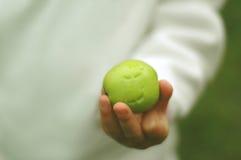 Toothmarks op groene appel stock afbeeldingen