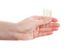 Toothpicks a disposizione immagini stock